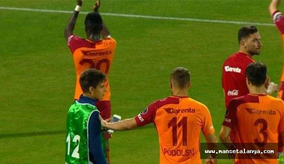 Podolski'nin hareketi tepki çekti!