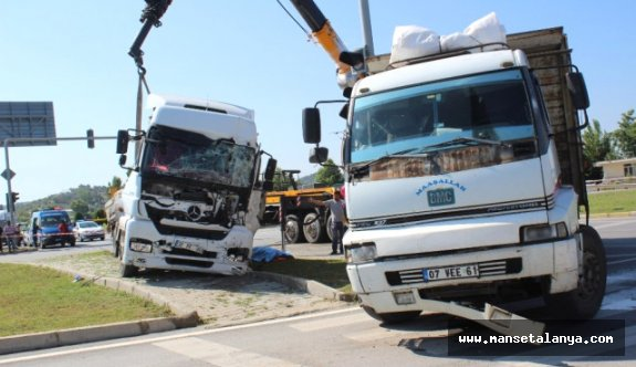 Sıkıştığı yerden kamyonun parçalarını kesip kurtardılar