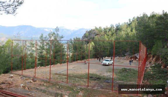 Alanya'nın Uzunöz mahallesine futbol sahası