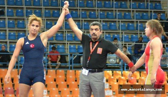 Kadın Güreşçiler Alanya'da Karşılaştı