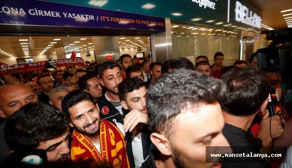 Emre Akbaba İstanbul'da tezahüratlarla karşılandı