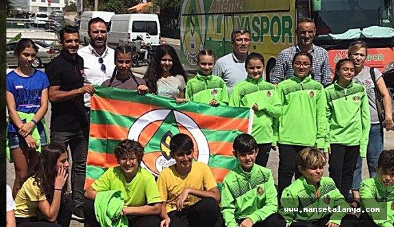 Ak Parti Alanya, sporcuları Konya'ya uğurladı