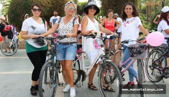 Süslü kadınlar bisiklet turu gerçekleşti