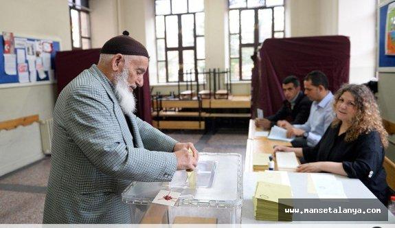 Alanya'da oy vermeye işlemi başladı