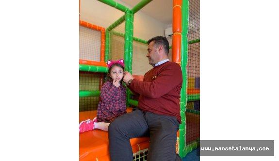 Başkan Yücel, seçimin stresini kızıyla birlikte oynayarak attı...