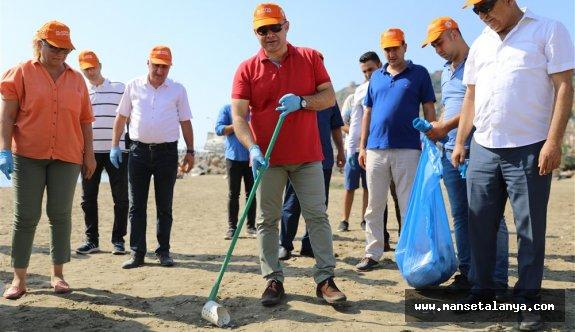 Başkan Yücel, çevrecilerle temizlik operasyonu yaptı!