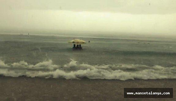 Turistler denizin ortasında kaldılar...