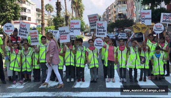 Alanya'da öğrenciler yolu kapattı ve dikkat çekti