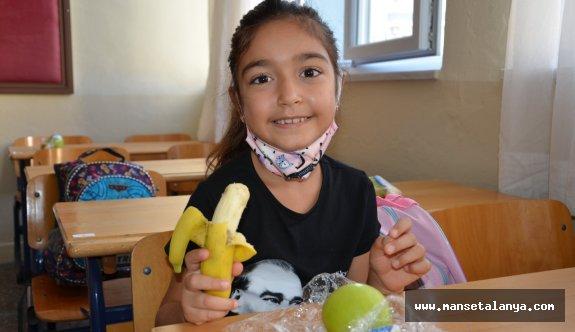 Alanya'da 75 okuldaki 7275 öğrenciye meyve ikramı yapıldı!
