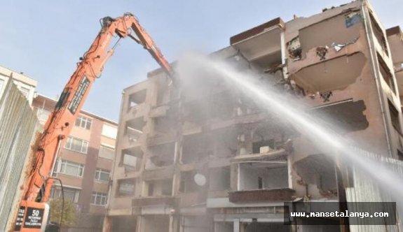 Alanya'da 25 yıllık otel iş makinesiyle yıkıldı!