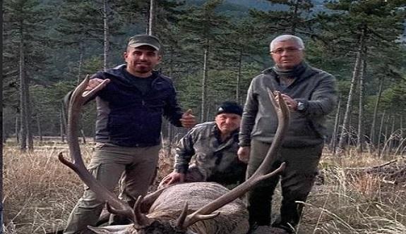MHP'li eski başkanın 'kızıl geyik' avı tepki çekti