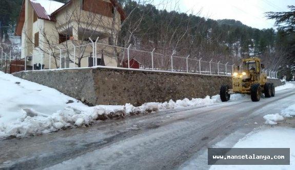 Alanya'da karla kapanan yollar açılıyor!