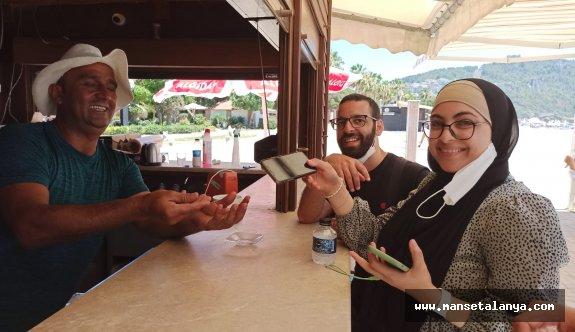 Alanya'da plaj çalışanı 10 bin TL değerindeki bulduğu telefonu sabine teslim etti!