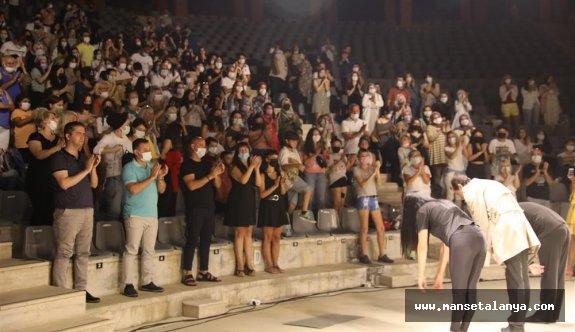 Başkan Yücel, ABT oyununu seyirciyle ayakta alkışladı