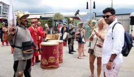 """Alanya'ya gelen turist, """"Ceddin dede"""" marşıyla karşılandı"""