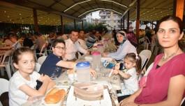 Başkan Yücel, ailesini de yanına alarak, iftar çatırında orucunu açtı