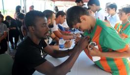Futbolcular, öğrencilerle buluştu