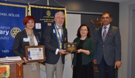 Alanya'daki Rotaryanlardan müdire hanıma plaket