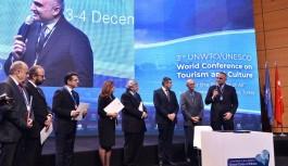 Bakan Ersoy'dan turizm sektörüne sert sözler: Uçağın ardından el sallarsınız!