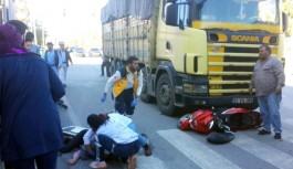 Kamyonun çarptığı motosikletin sürücüsü, ağır yaralandı