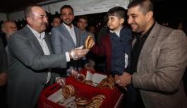 Bakan Çavuşoğlu memleketinde simit dağıttı..