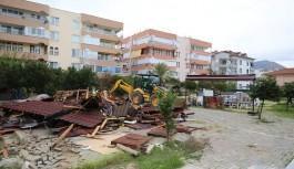 Alanya belediyesi, kaçak çay bahçesini yıktı!