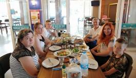 Karaoğlu'ndan Alanya'ya ilk gelen Ukraynalı aileye balık ziyafeti!
