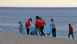Gençler sahil temizliği yaptı