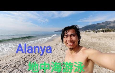 Alanya'da Çinli turist bu soğukta denize girdi!