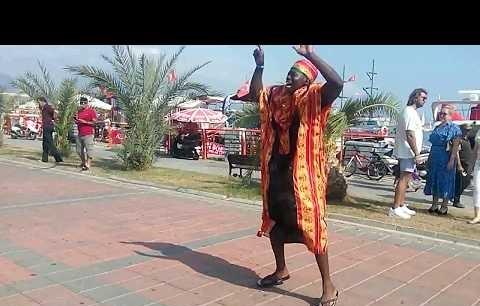 Alanya limanda Afrikalı adam şarkı ve dansı ediyor