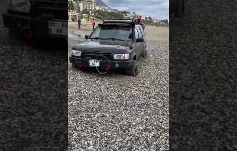 Alanya Oba Mesut otel önündeki çayda off-road yapan çip suya gömüldü..