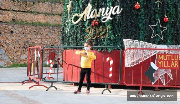 Noel ağacı Alanya'yı renklendirdi