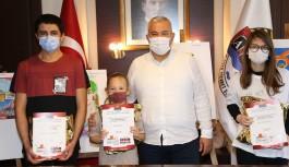 """Başkan Şahin, """"Benim Alanyam"""" resim yarışmasında 1. olanları ödüllendirdi"""